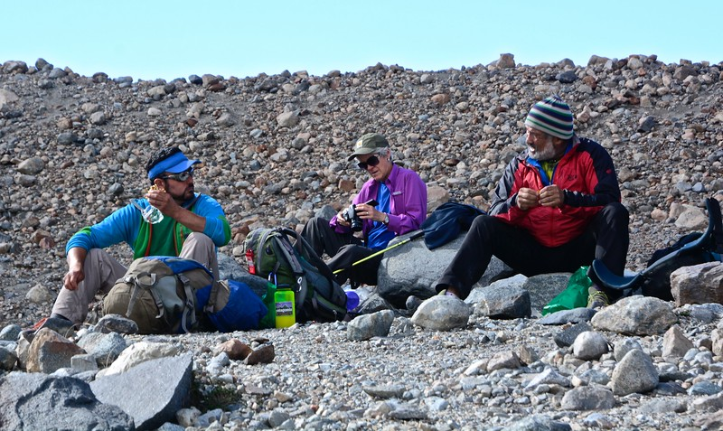 Lucho is having a snack and discussing the hike with El Jefe (the boss, Sergio) while Sue checks her photos.