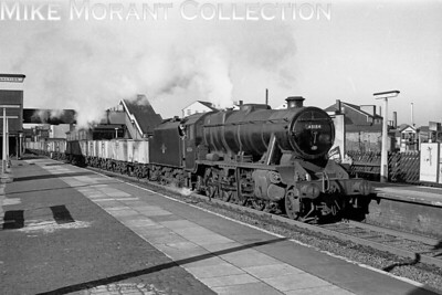 Recently overhauled Stanier 8F 2-8-0 no. 48184 with an 18A Toton shedplate trundles southwards through Watford Junction station on 4/11/61 whilst in charge of a load consisting of mineral empties. [Mike Morant collection]