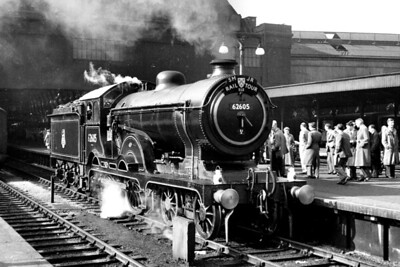 SLS: S.M.J.R. Rail Tour 29/4/56 Immaculately presented Gresley/Holden D16/3 class 4-4-0 no.62605 is depicted here at King's Cross station prior to hauling this tour train only as far as Hitchin after which she will return home to Cambridge mpd. [Mike Morant collection]