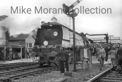 RCTS: Great Central Rail Tour 13/8/66. Bulleid original light pacific no. 34002 Salisbury hauled this special from Waterloo to Nottingham (Victoria) and is depicted during the water stop at Aylesbury Town station. 34002's only further haulage duty on the day was from Nottingham to Marylebone via High Wycombe. [Mike Morant collection]