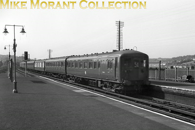 An unidentified Southern Electric 6-PUL passing Purley Oaks on 3rd October 1959. Headcode 54 denotes it as travelling from Ore to Victoria via the Quarry line taking the direct line from Stone Cross Junction to Polegate and not via Eastbourne. [Caption copied from the SEmG website.]