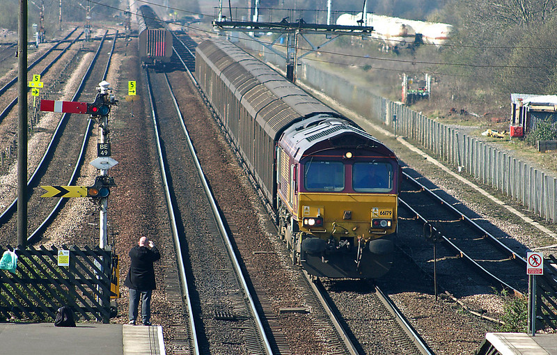 09:42; the coal train passed 66179 on the 6D86 empty cargowagons from Selby to Immingham. Today there is no more wagonload traffic to and from Immingham. Another railfan is shooting the action.