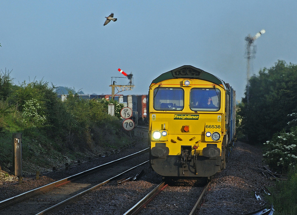 At 06:00 the first divert I saw was the 4L95 Ditton to Felixstowe behind 66538.