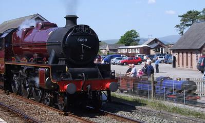 5690 Leander departs Ravenglass, alongside museum resident Synolda, 30/05/09.