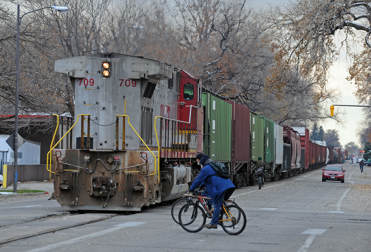 A pair of more conventional cyclists on Oak Street behind the rear unit, which is still in Warbonnet livery.
