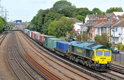 Class 66 No 66589 at Southampton on 10 August 2011 with the 4V52 10:54 Southampton Maritime - Wentloog (running 6 min late)