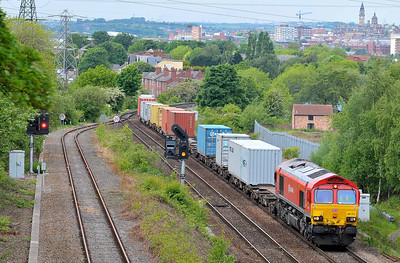 "Class No 66152 ""Derek Holmes - Railway Operator"" at Oakenshaw Junction on 13 May 2011 with the 4L05 14:10 Wakefield Europort - Felixstowe (running 3 min early)"