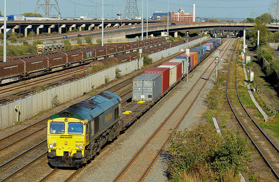 Class 66 No 66565 at Washwood Heath on 28 September 2011 with the 4O55 12:15 Leeds F.L.T. - Southampton Maritime (running 8 min late)