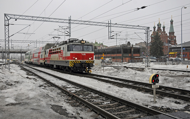 At around 15:00 there is a sequence of four trains which arrive and leave together, two of which change direction. This is how the sequence operates:<br /> <br /> 14:49: Sr-1 3019 arrives on track 3 on IC917 the 13:05 Turku to Pieksämäki. 47 seconds later another Sr-1 pulled in on the adjacent track, track 4, on IC922, the 12:20 Pieksämäki to Turku.
