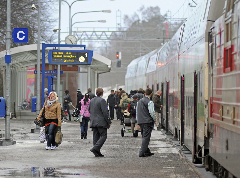 IC88 is running three minutes late according to the platform indicator as passengers board at Hameenlinna. The crew are wearing the new grey with green trim uniforms.