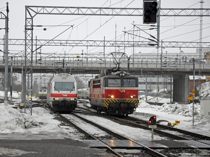 90 seconds later two light engines approach, 3054 to pick up IC917, 3207 for IC922. Between them IC49, the 13:06 from Helsinki to Rovaniemi approaches on Track 2.
