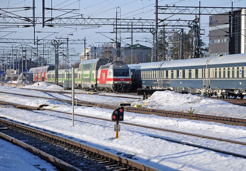As the sleeper stopped to set down an Sr2 leaves Tikkurila on IC43 the 07:30 Helsinki to Oulu