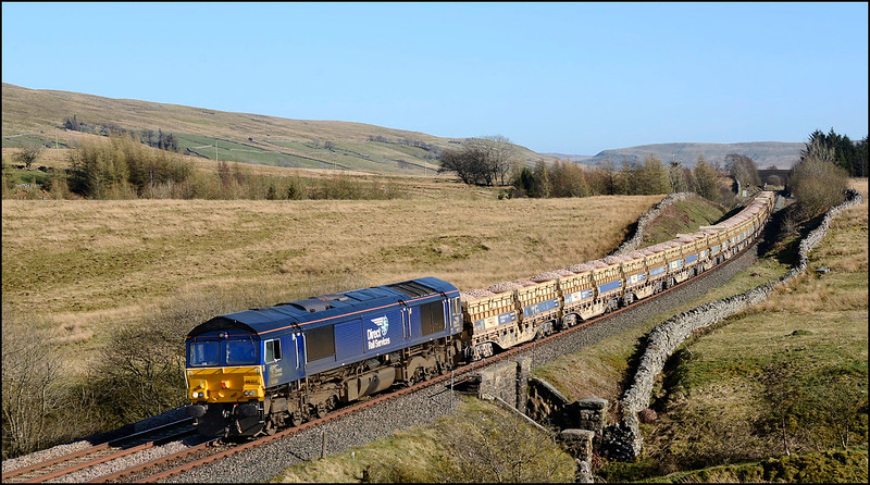 2018 04 19 66304 beyond the summit at Ais Gill on the 09.38 Moutsorrel-Carlisle  engineers working.