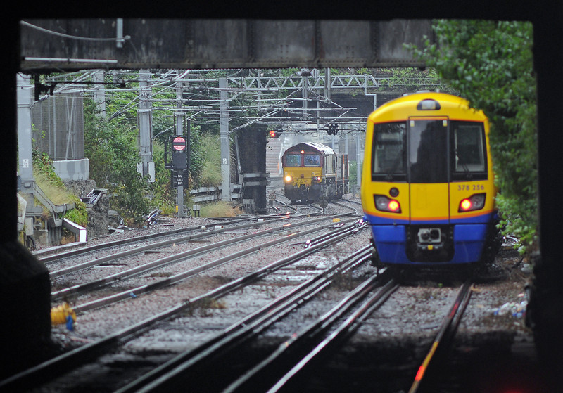 Behind the Freightliner came DBS return Plasmor blocks train, the 4E25 Bow to Heck. It's crossing from the westbound line prior to taking the spur to Finsbury Park at Canonbury West Junction.