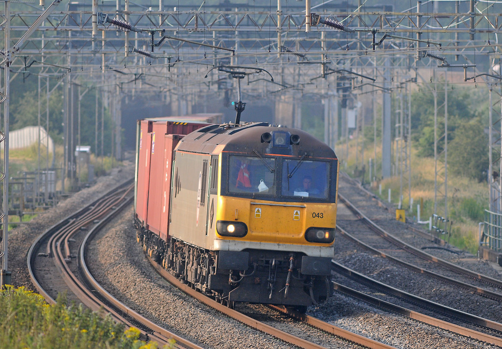 A much more recent addition to electric freight operations is GBRf's 4M01/4L18 Felixstowe to Trafford Park, which for the last two weeks has been using 92s between Ipswich and Trafford Park and vv. 4M01 appeared less than a minute and a half after the 4L89 giving me no change to change locations. The mighty Dyson sounded splendid with its heavy train.