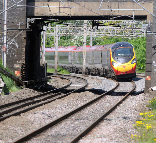 A 390 tilts out of Linslade Tunnel