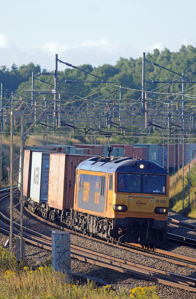 Realtimetrains was reporting both the 1M16 sleeper and the 4L89 Coatbridge to Felixstowe as running early, but nothing for the 4M01. In the event I missed the 4L89 but managed a snatch shot of the 4M01, with 92032 up front.