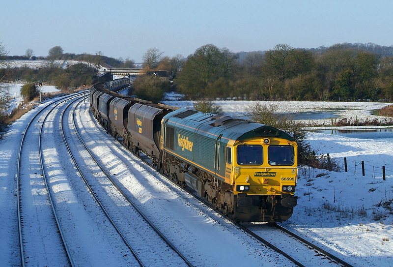 66595 Races through New Barnetby with empty 4R12 Barrow Hill-Immingham in some lovely winter conditions.26/01/2013.Fuji s3 pro.