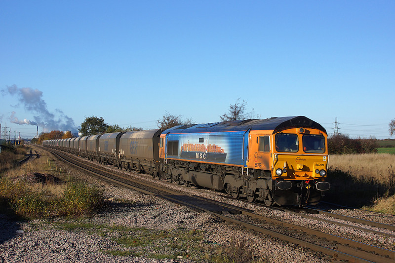 66709 Races through Whitley bridge on her way to Drax in charge of 6H12.19/11/2013.Sony A65.
