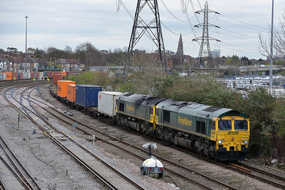 Class 66 No 66556/66533 at Millbrook on 4 April 2014 with the 4O15 07:43 Hams Hall Parsec - Southampton Maritime