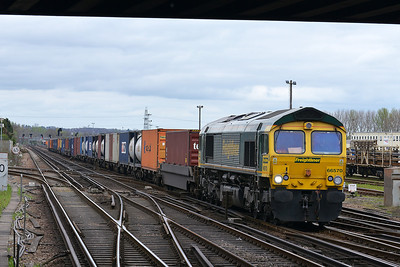 Class 66 No 66570 at Eastleigh on 4 April 2014 with the 4O51 09:58 Wentloog - Southampton Maritime