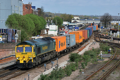 Class 66 No 66556 at Eastleigh on 9 April 2014 with the 4O15 07:43 Hams Hall Parsec – Southampton Maritime