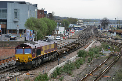 Class 66 No 66087 at Eastleigh on 4 April 2014 with the 6B43 09:38 Eastleigh East Yard - Southampton Western Dock