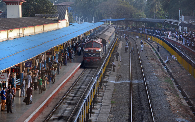 17822 is a kit bashed Alco-DLW WDM2. It is arriving in Kozhikode on train number 12287, the Dehradun Express which runs on Fridays only from Kochuveli in Southern Kerala to Dehradun in Uttarakhand, a distance of 3459 kms which takes about 56 hours (including a total of just over two and a half hours of stops).