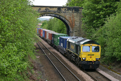 Class 66 No 66587 at Oakenshaw Junction on 7 May 2014 with the 4O55 12:12 Leeds F.L.T. – Southampton M.C.T.