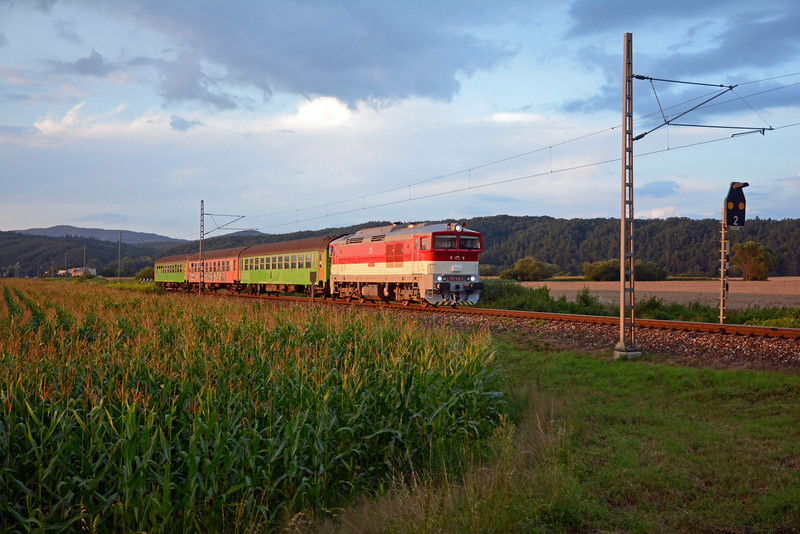 At the same level crossing just west of Veľká Lúka another 757 on the 19:37 local from Banská Bystrica to Zvolen catching the last few rays of sunlight, before the sun sinks behind the valley sides. As you can see the three cars are in a pretty tatty state, which is par for the course for local trains like this.