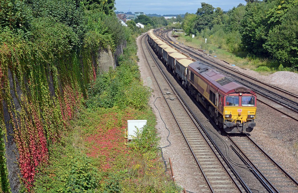 Signs of autumn are unmistakeable as the creeper which adorns the cutting side north of Earlswod station turns a vivid red. I think this is where the signal box used to be. 66090 is on the 7Y36 Cliffe to Crawley (Days Aggregates)