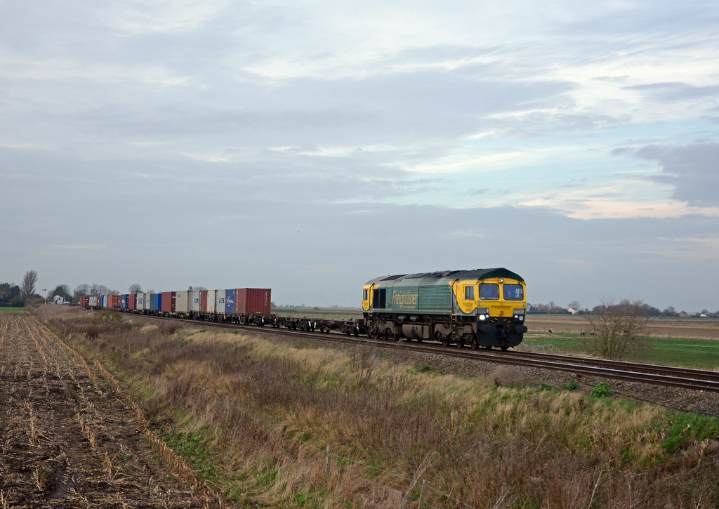 The light was starting to fade when an old favourite, the 4L85 Leeds to Felixstowe behind 66518 appeared.