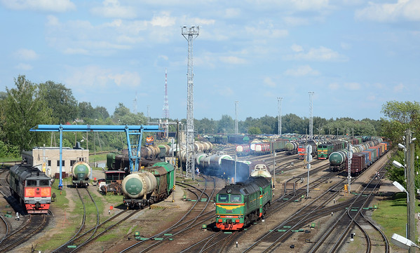 After that train had left the points could be heard noisily resetting and then there was a toot from the back of the yard and this relatively small train, only about 25 cars left heading for the Daugavpils line, double headed by a pair of M62s.