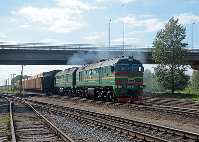 Eight minutes later and a 2M62U approaches with a train off the line from Pskov