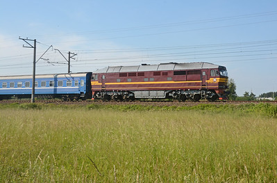 And finally from this location. The overnight train between Minsk and Riga is a shadow of its former self. It runs only every other day and consists of four cars, of Belarus Railways. Speeding towards Ogre a TEP70 in charge.
