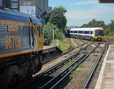 On my way back later in the afternoon a pair of 365s cross the junction en-route to Charing Cross whilst 66706 Nene Valley waits patiently on the 4Y19 Mountfield to Southampton Dock. At Lewisham Vale Junction 66706 will be routed onto the LC&D to Nunhead.