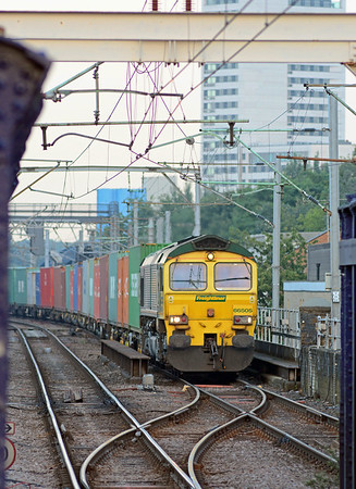 A few minutes later, from the opposite direction, 66505 on a nicely loaded 4S88 Felixstowe to Coatbridge.
