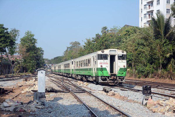 JNR's KiHa 40 series comprised a total of 888 vehicles in a variety of combinations. Myanmar Railways has both single cars and twin car units
