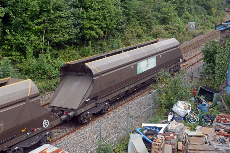 FHH's HXA hoppers are not as badly scarred by grafitti as the ex-Fastline ones used by Colas