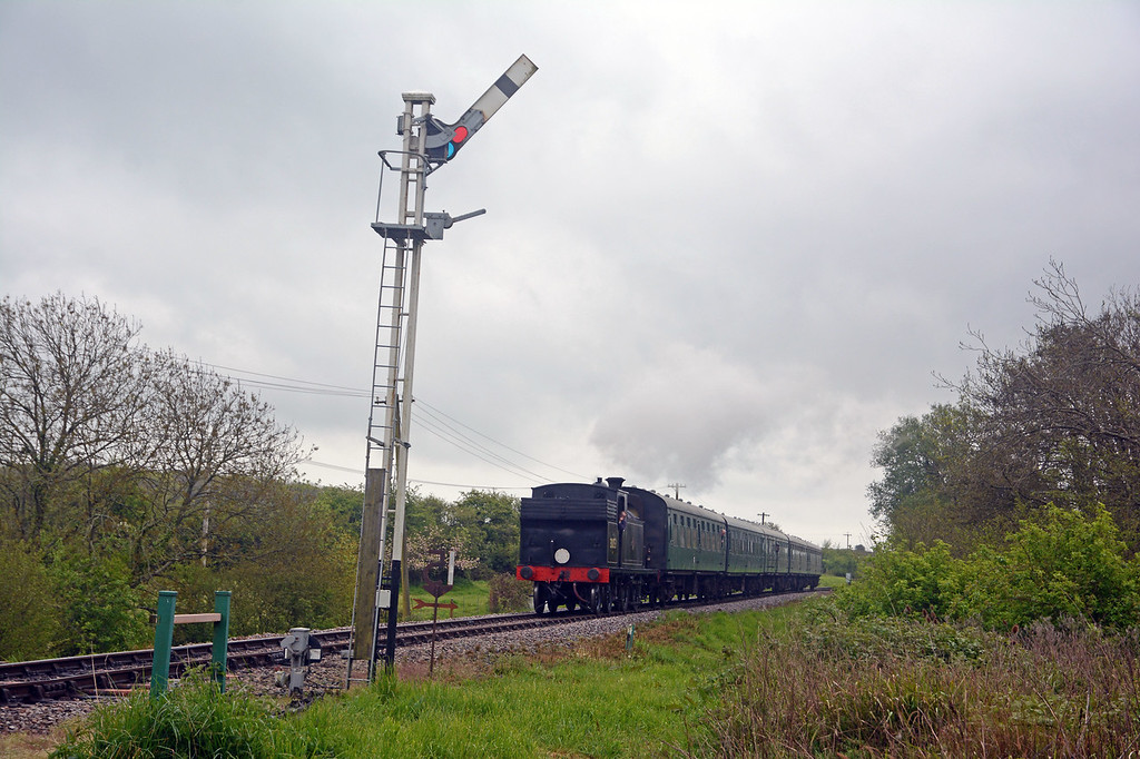 M7 30053 on the 14:00 from Swanage approaching Corfe passing the typical Southern 'old rails' home signal.