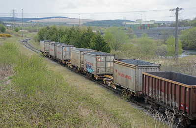 But most interesting were these three container flats each carrying a pair of 1TEU containers, loaded with coal for Scotland (thanks Paul Shannon).