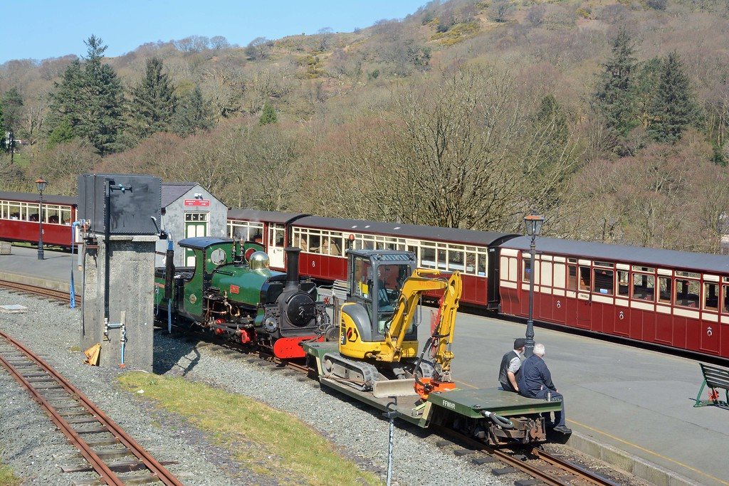 Linda shunted the well wagon and flail into the loop. Her crew wait patiently for the Snowdonian to leave before they head back to Porthmadog.