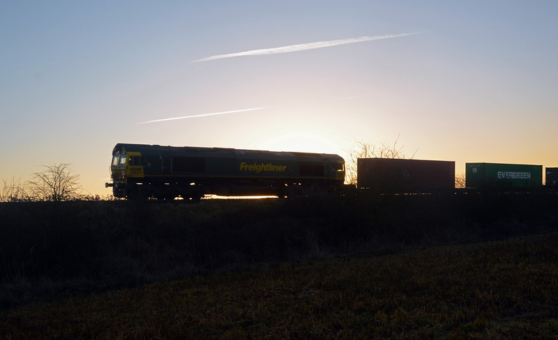 As the sun started to set 66517 approaches Whittlesea on the Leeds to Felixstowe 4L87