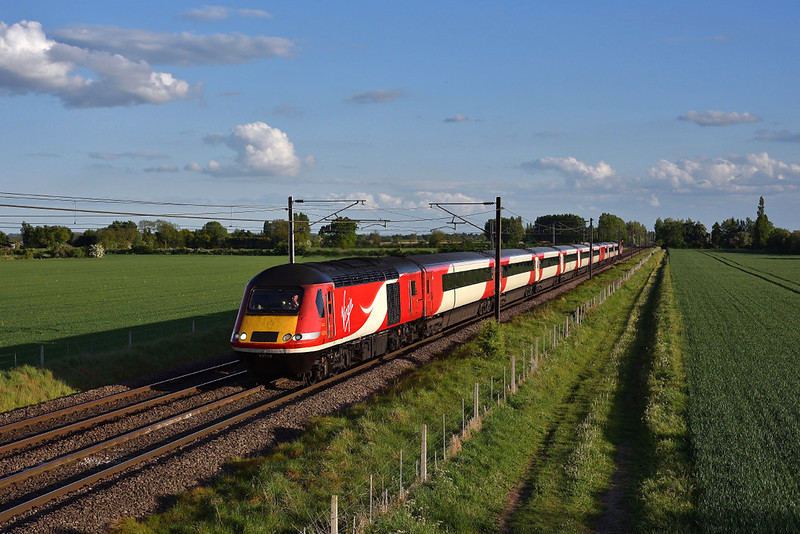 43318 Races north through the Lincolnshire countryside in charge of 1S28 18:00 London kings cross-Edinburgh service.14/05/2017.Taken using a pole.