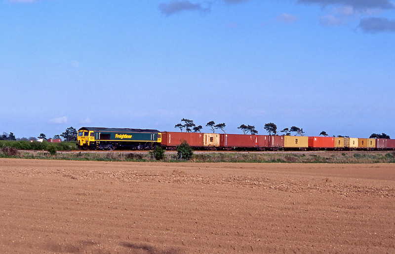 The 4R25 Felixstowe South to Ipswich behind a very shiny (new?) 66/5