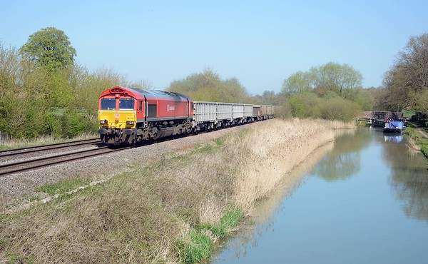 The classic canal side shot. 66114 on the 6C58 empty boxes from Banbury Road, Oxford.