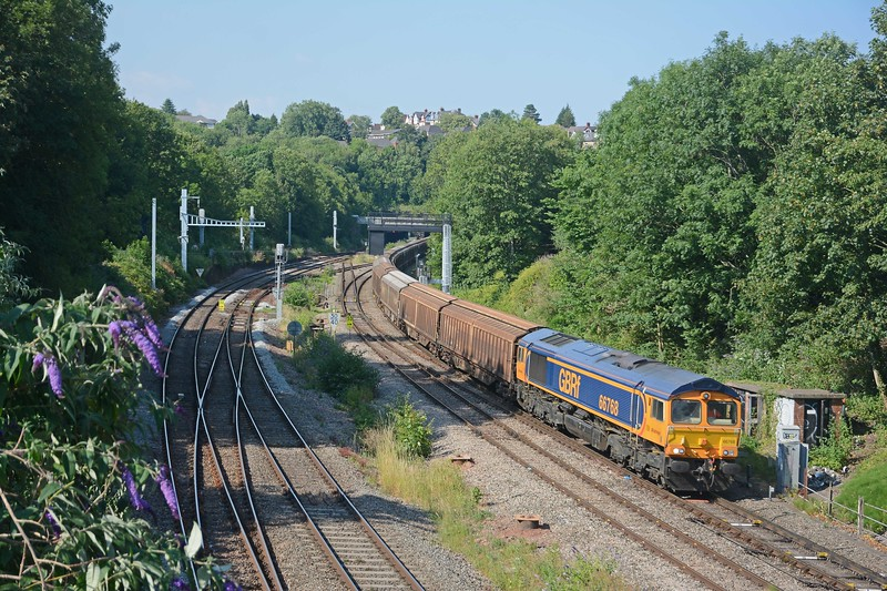 And here is 6V32, by now a few minutes late. 66768 had 18 IWA cargowagons in tow and no VGAs.