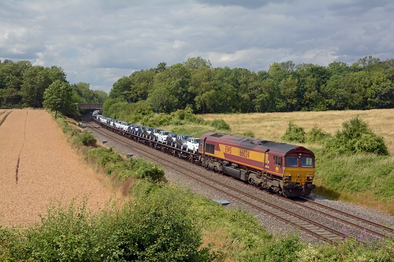And finally the sun remained out for the diverted 6O30 Castle Bromwich to Southampton, with its load of Jaguar SUVs and Range Rovers. It was over 70 late so I count it a lucky break that I shot it in the sun.