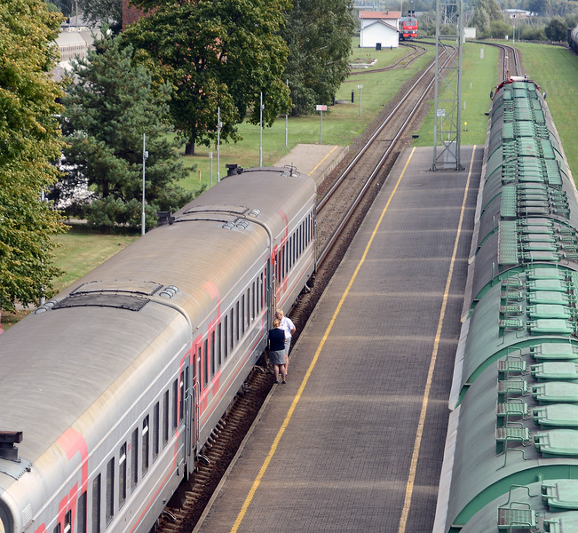 The RZD power heads off, it will return across the border, whilst two of the trains attendants have a chat. Presumably the Lithuanian authorities check passenger documentation, any Russian citizens who are leaving the train in Vilnius will need a visa