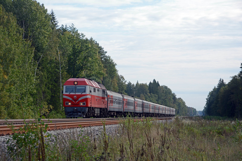 Another corridor train bound for Kaliningrad with another LG TEP70 upfront. This I think is 79CH yesterday afternoon's 15:30 departure from St Petersburg. It normally runs three or four tmes a week.